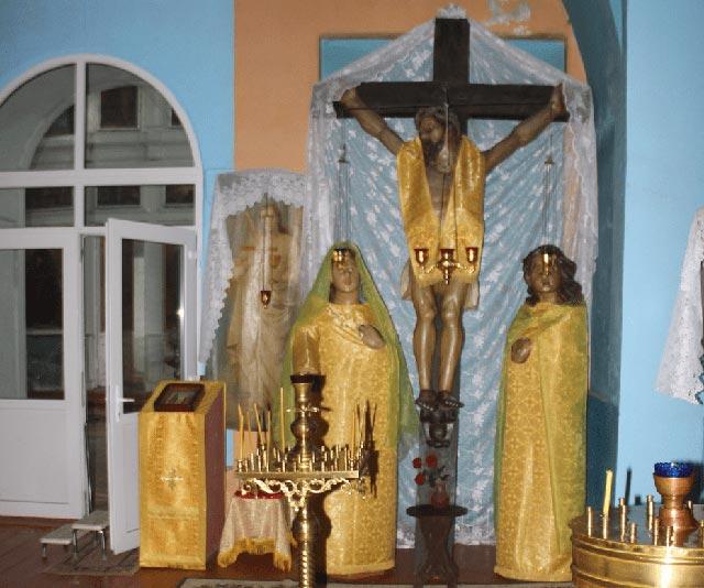 Деревянное Распятие Христа Спасителя с предстоящими Божией Матерью и апостолом Иоанном Богословом