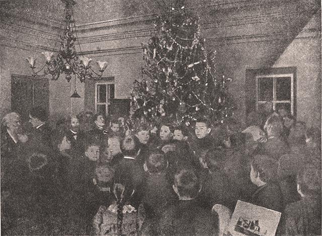 А.М. Горький среди детей на празднике