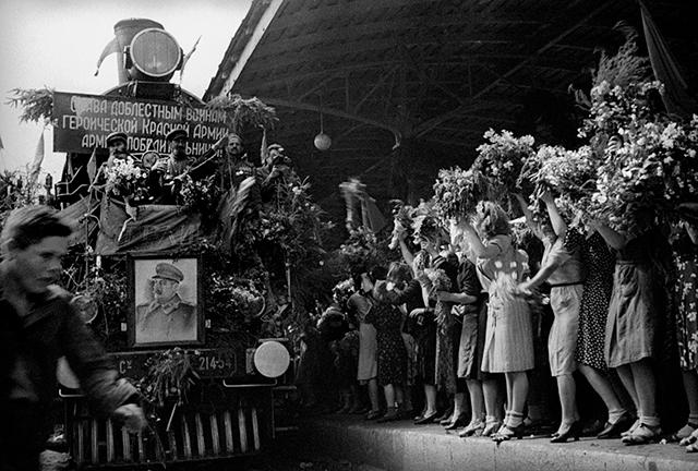 Встреча на Белорусском вокзале. 21 июля 1945 года. Автор: Георгий Петрусов