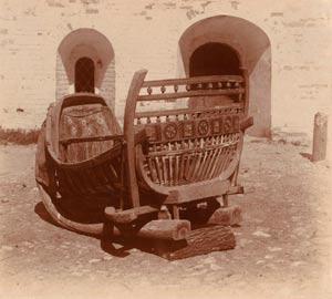 С. М. Прокудин-Горский. Старинные сани пожевни XVIII века. Сани обиты внутри старинной материею, называемой камкою. 1911 год