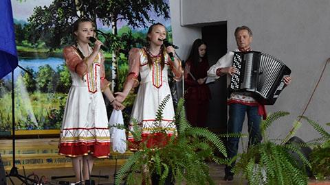 Выступают артисты Районного Дома культуры