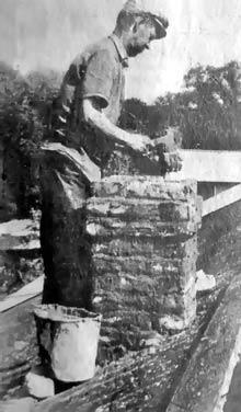 На снимке: печник Николай Иванович Пчелинцев за работой летом 1992 года. Фото К.Маркова