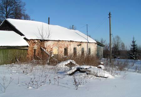 В Старом Киркино возле Покровской церкви стоит дом, в котором когда-то жил местный священник. После закрытия церкви в этом помещении разместилась школа-семилетка, куда ходил и Савостьянов. Все в селе называли это здание поповским домом. 3 февраля 2007