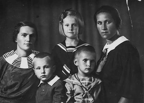 Елизавета Федоровна (моя бабушка) и ее сестра Ольга Федоровна с детьми, 1936 год