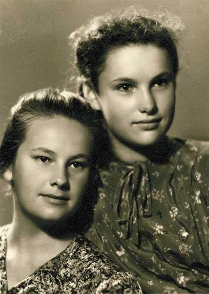 Моя мама Валентина Алексеевна (справа) с сестрой Ниной. 1949 год
