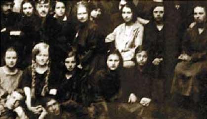 Елизавета Федоровна с учениками Михайловского педучилища