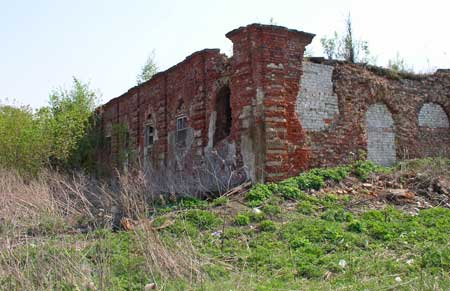 Развалины строений усадьбы Гагариных в поселке им. Ильича. Фото Александра Кожанова, май 2010