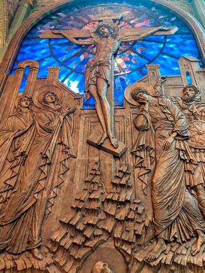 Скульптурное изображение Христа с элементами витража