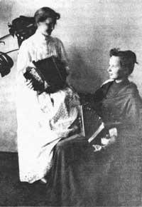 Любовь Дмитриевна Воейкова с сестрой Евгенией Дмитриевной в Ольховском доме. Фото 1890-х годов.