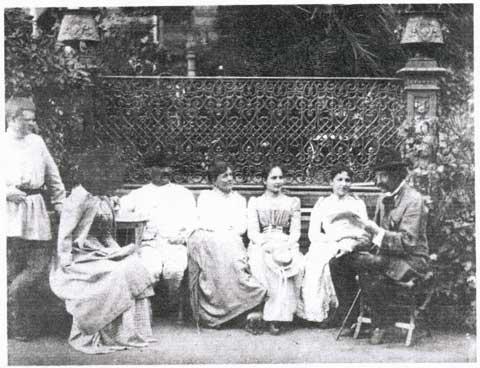 В имении Ерлино (слева направо) - А.С.Худеков (стоит), Н.Д.Козлова (урожд. Воейкова), П.Н.Худеков, Р.А.Худекова (урожд. Страхова), Е.Д. Воейкова (урожд. Секерина), Л.А.Худекова, С.Н.Худеков. Фото 1895г.
