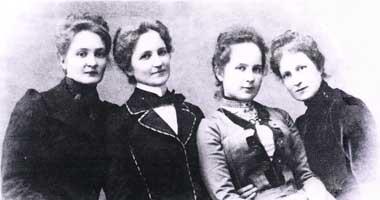 Сестры Воейковы (слева направо) - Александра, Любовь, Евгения, Надежда. Фото 1890-х гг.