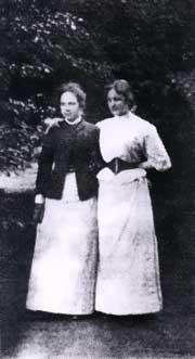 Сестры Е.Д. и Л.Д. Воейковы в усадебном парке Ольховца. 1893 г.