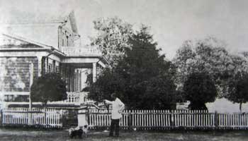 Д.А. Воейков в имении Ольховец близ усадебного дома. На заднем плане - старые тополя Великаны.Фото 1897 г.