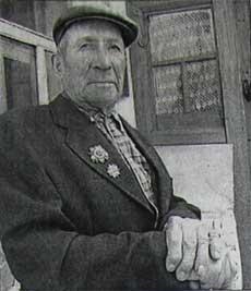 Коренной житель деревни Волосовка, ветеран войны Н.П.Ефимкин. Фото А. Мелехина, 2006