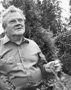 Виктор Михайлович Фадюков в саду. Фото  Юля О, 2002