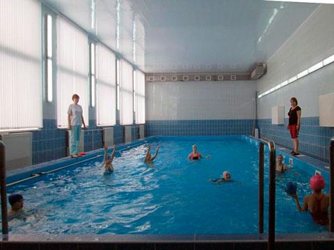 Ученики Чапаевской средней школы уже третий год занимаются плаванием в бассейне собственной школы и проводят там научные эксперименты