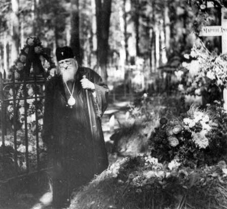 Владыка Варфоломей (Городцев) у могилы своей сестры