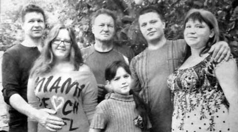 Василий Гранков (в центре) с сыновьями Николаем (слева), Иваном, невесткой Викторией, внучками Алиной и Полиной. Фото Елены Захаровой.