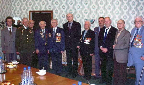 П.К. Лаврентьев (пятый слева) с Г.А. Ефремовым и ветеранами НПОмаш. газета г.Реутов 10 июля 2008 г. №27 «РЕУТ»