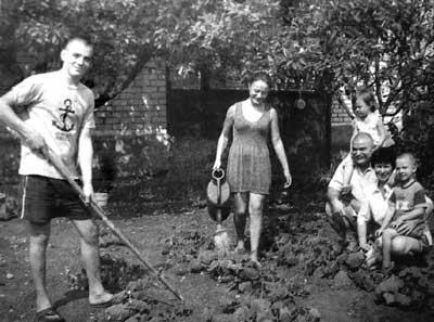На снимке: Виктория, Павел, Лев и Валерия Микаэлян со своими родителями. Фото А. Мелехина.
