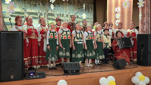 Выступает сводный хор Чапаевского ДК
