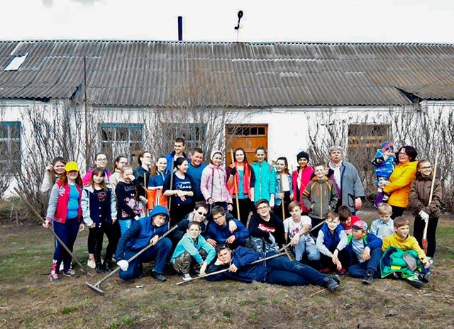Учащиеся 5-11 классов Чапаевской СОШ у здания старой школы