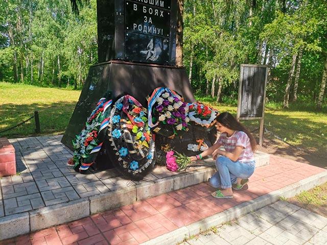 Учащаяся 10 класса Антонян Диана возлогает цветы к Братской могиле в посёлке центрального отделения совхоза имени Ильича.