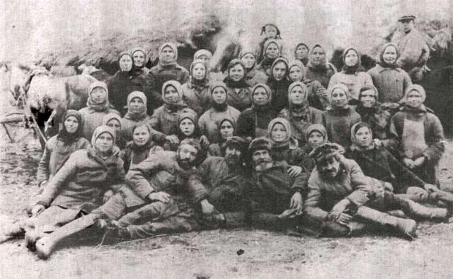 Павелково. Бригады работавшие на двух конных молотилках. 1938-1941? год