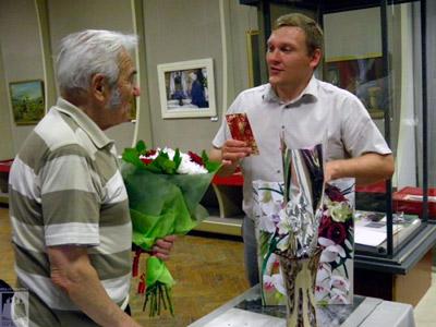 К.И. Марков принимает поздравления. Фото Анатолия Мелёхина
