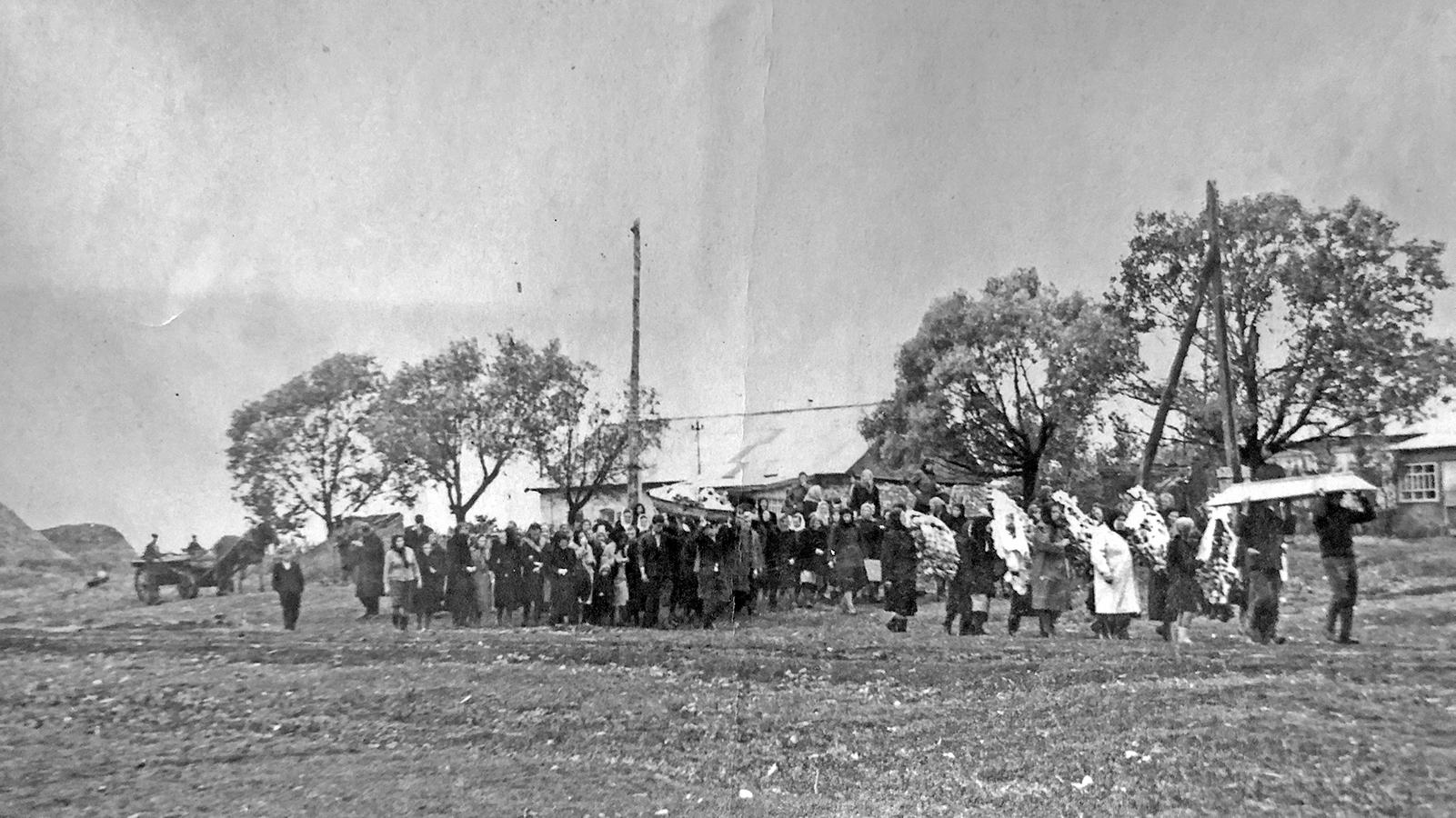 Фото с похорон прадеда, на втором плане виден его дом.